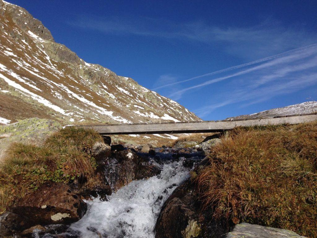 mit Strich und Faden  Bergbach val Ravais-ch Graubünden Schweiz