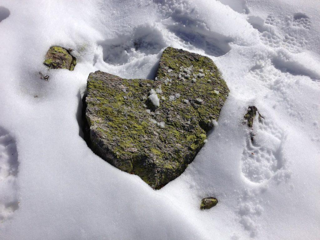 mit Strich und Faden  Steinherz im Schnee Graubünden Schweiz