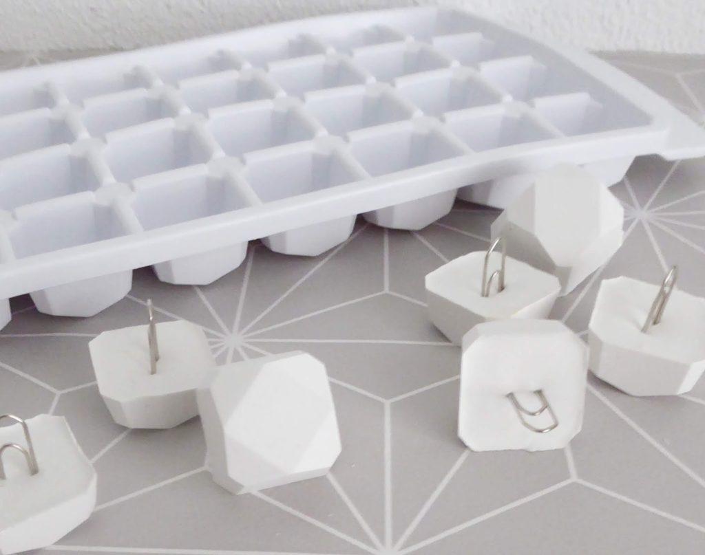 mit Strich und Faden: Kartenhalter aus Eiswürfelform